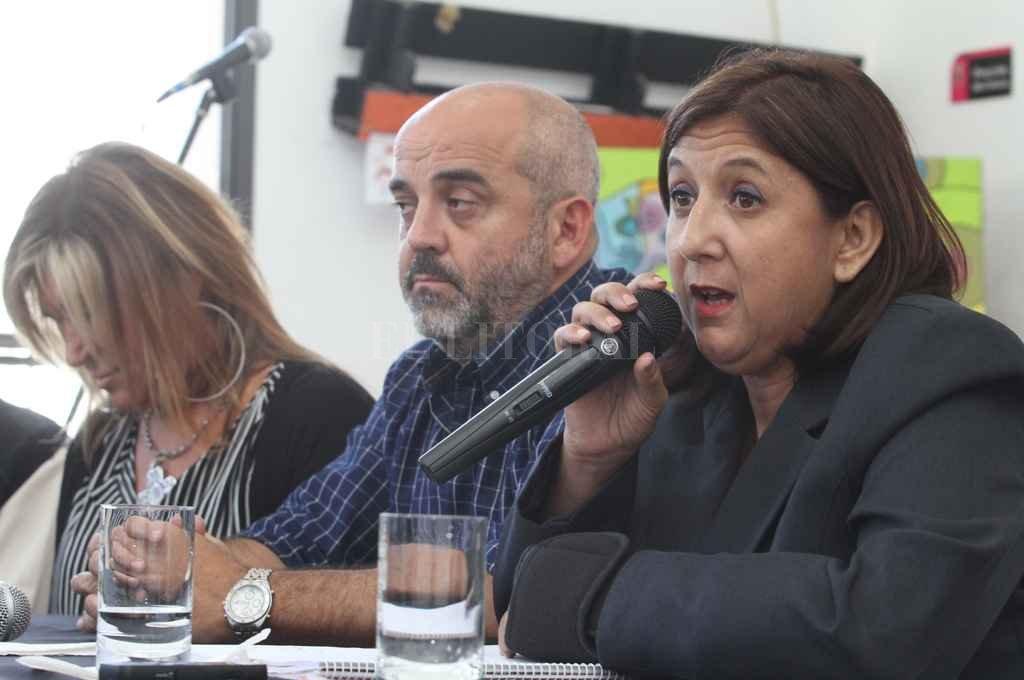"""La intendente Qüesta encabezó la conferencia, flanqueada por el diputado Fabián """"Palo"""" Oliver y altos funcionarios del municipio. Crédito: Mauricio Garín"""