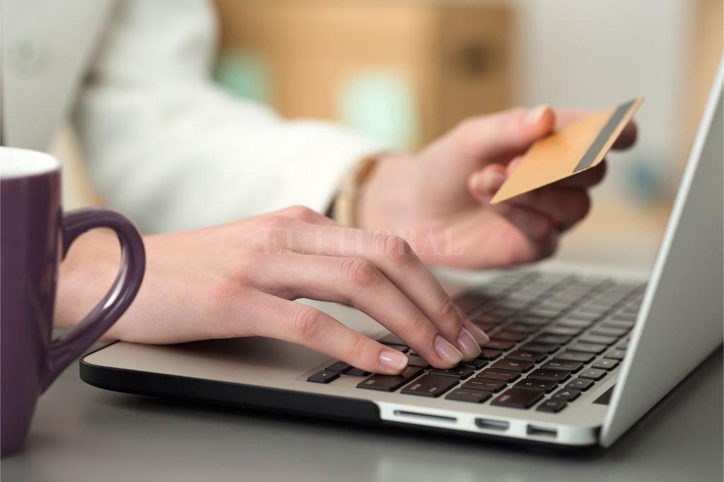 """¿Comprar o no comprar? Antes de ingresar los datos de la tarjeta en un sitio, es importante """"chequear"""" su reputación y leer los comentarios de otros usuarios, entre otras medidas de seguridad. <strong>Foto:</strong> Archivo"""