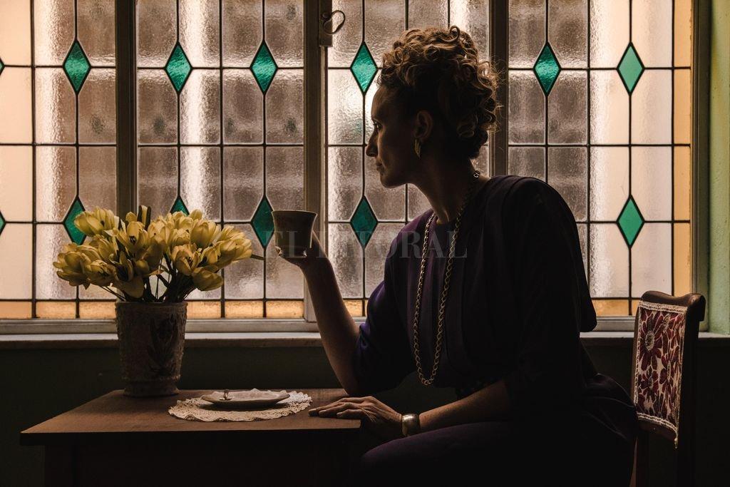 Yamila Manzur como Alfonsina Storni, en la puesta gestada por Gustavo Palacios Pilo y Juan Candioti. <strong>Foto:</strong> Gentileza producción