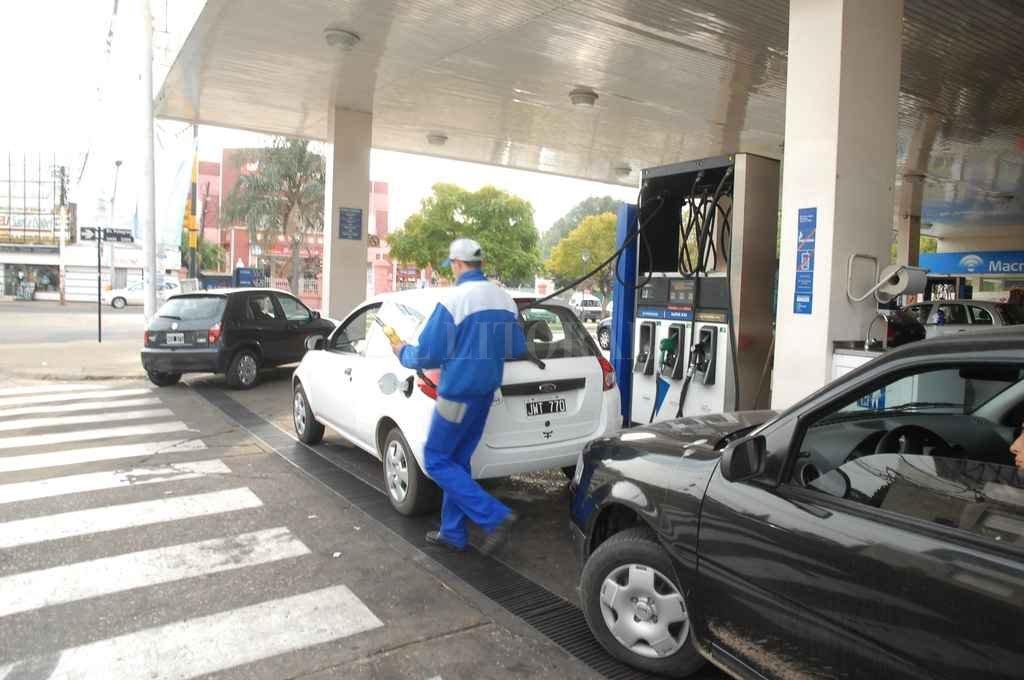 Según los estacioneros, la medida afecta los costos de producción, por el tipo de vehículos que utilizan el gasoil. Crédito: Archivo El Litoral