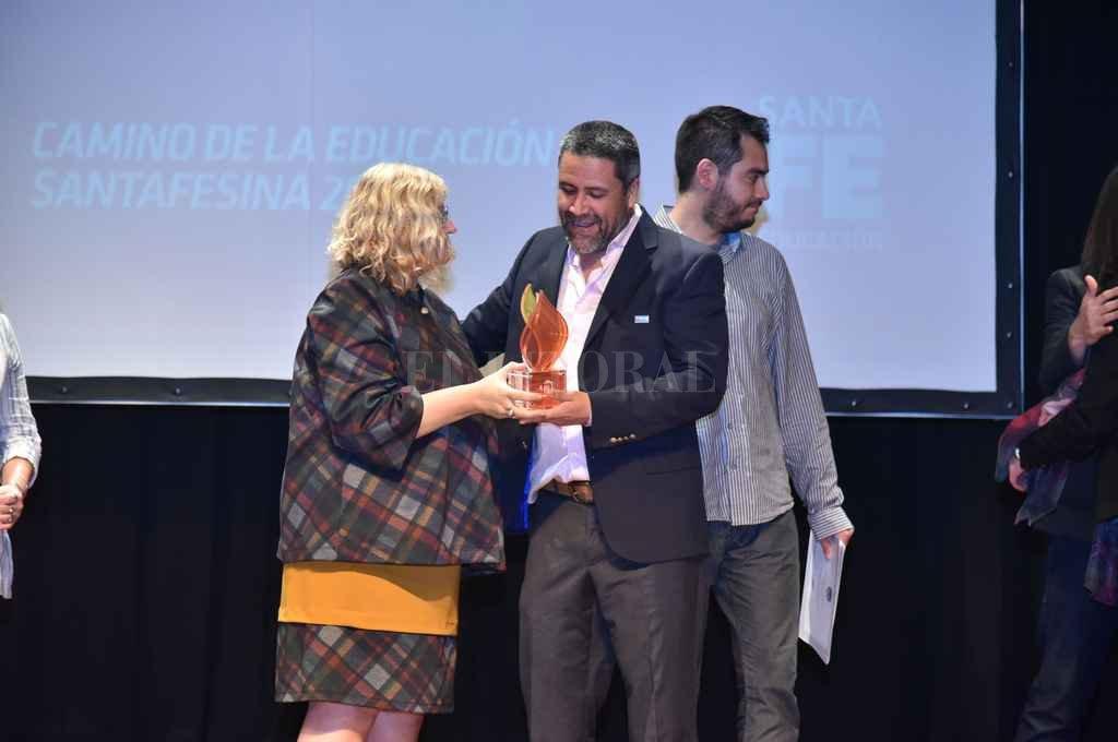 La ministra Balagué entrega el premio Cossetini a Rodrigo Bianco, director de la escuela Simón de Iriondo. Del acto participó el gobernador. Crédito: Gobierno de Santa Fe