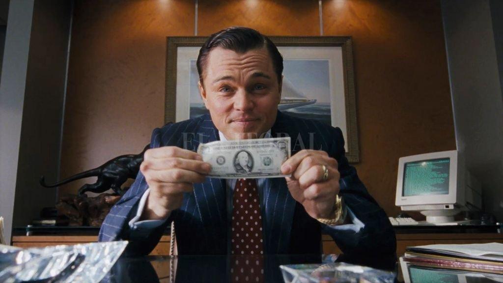"""Leonardo DiCaprio y su principal aliado, el dólar, en """"El lobo de Wall Street"""", de Martin Scorsese, uno de los filmes analizados en el libro. Crédito: Paramount Pictures"""