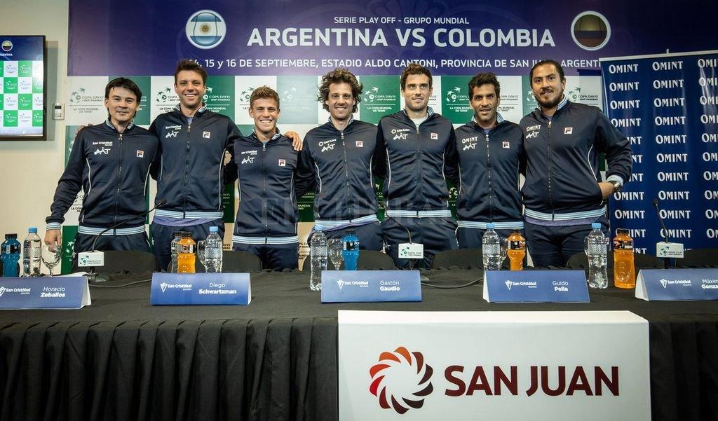"""Equipo completo. Guillermo Coria, Horacio Zeballos, Diego Schwartzman, Gastón Gaudio, Guido Pella, """"Machi"""" González y """"Willy"""" Cañas.  Crédito: @AATenis"""