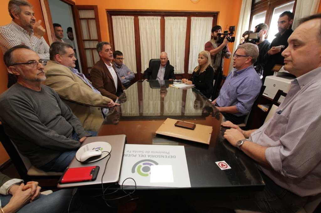 El Defensor del Pueblo, Raúl Lamberto, presidió el encuentro con dirigentes de clubes amateurs.  Crédito: Mauricio Garín