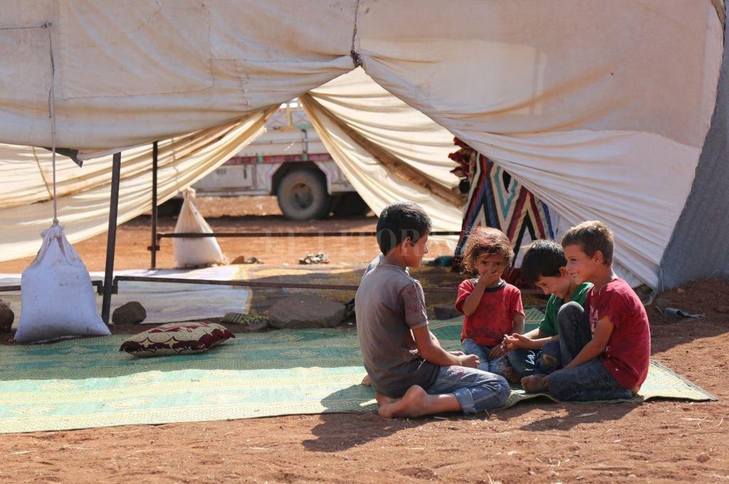 05/09/2018, Siria, Sarman:Varios niños juegan delante de una tienda en un campamento provisorio construido cerca de un punto de observación turco. Miles de personas se vieran obligados a abandonar los campamentos de la ciudad de Jisr al-Shughur debido a los continuos bombardeos en la provincia de Idlib. <strong>Foto:</strong> dpa