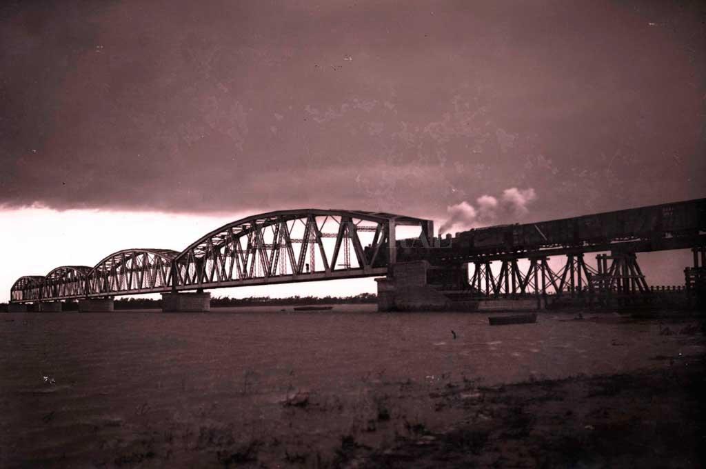 Una foto histórica. El tren utilizó este puente para viajar hacia el puerto de Colastiné hasta 1944. Algunas de las estructuras de hierro terminaron en el Ferrocarril Trasandino, en Mendoza. Crédito: Archivo El Litoral