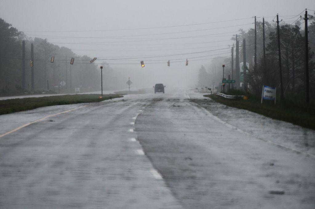 CAROLINA DEL NORTE. Imagen del 14 de septiembre de 2018 de una vista de un automóvil transitando en una calle cerca de la línea costera, en Carolina del Norte, Estados Unidos. Al menos cinco personas han muerto hasta ahora en las secuelas del huracán Florence. <strong>Foto:</strong> dpa