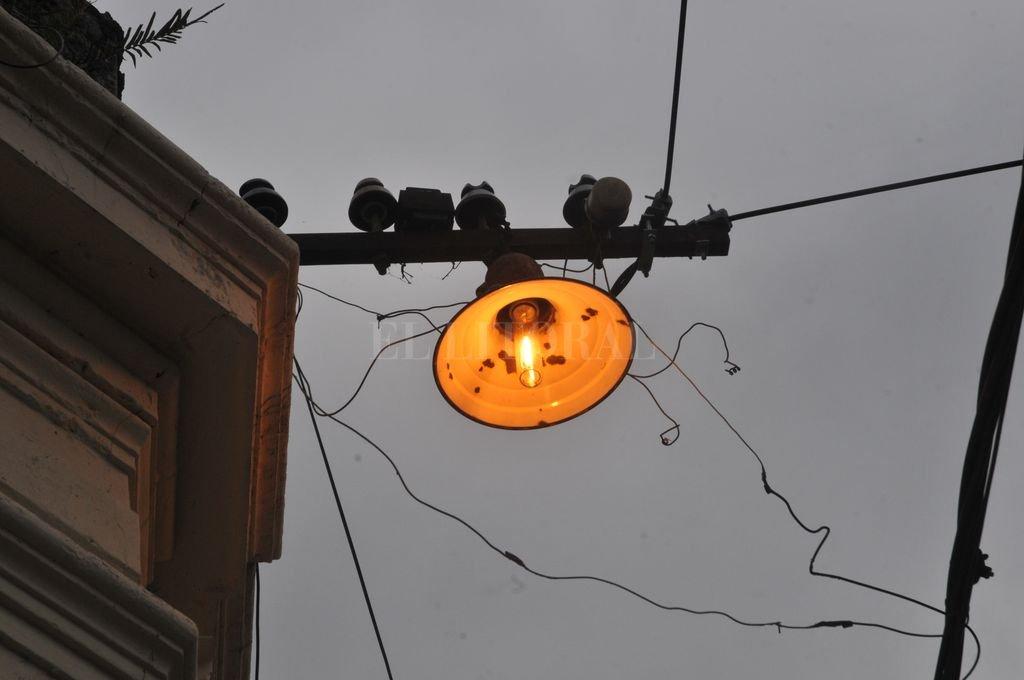Las luces halógenas, que el Municipio quiere reemplazar por luminarias Led, es otro factor sobre el que influye una determinación de cuánto se consume de CAP; esto parece estar lejos de saberse. Crédito: Flavio Raina
