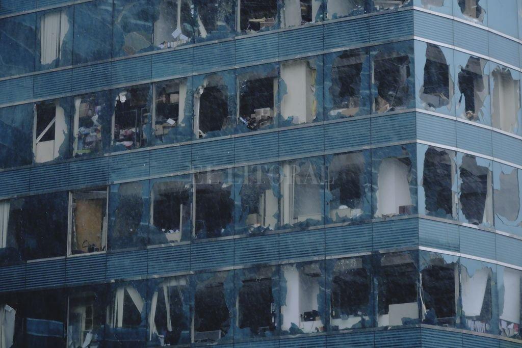 Vista de ventanas rotas en un edificio en Hong Kong, en el sur de China, el 16 de septiembre de 2018.  Crédito: dpa