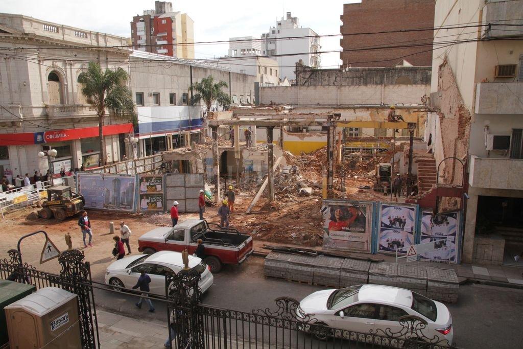 Demolida. En la esquina de la Rioja y San Martín sólo quedan escombros. <strong>Foto:</strong> Guillermo Di Salvatore