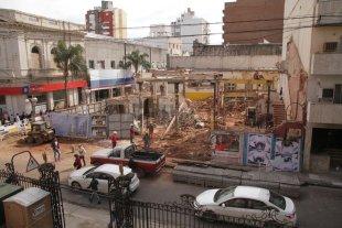 De la Casa Tons, apenas queda el esqueleto - Demolida. En la esquina de la Rioja y San Martín sólo quedan escombros.