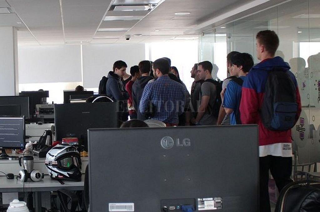 Estudiantes de la carrera Desarrollo de Software pudieron conversar con referentes de la empresa sobre los distintos roles que pueden ocupar en un equipo de trabajo. <br /> <strong>Foto:</strong> Gentileza