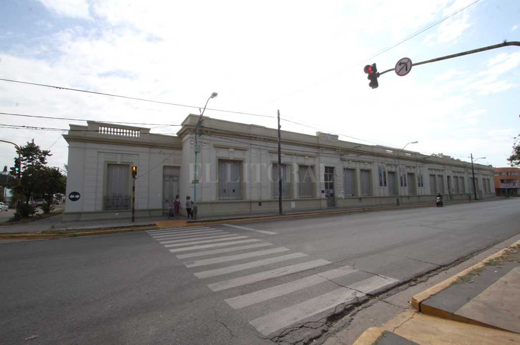 """Imponente. El edificio de la escuela Nº 15 """"Juan de Garay"""" se encuentra ubicado sobre calle Sarmiento, entre 25 de Mayo y Centenario. Indudablemente su pintoresca presencia no pasa inadvertida.  <strong>Foto:</strong> Guillermo Di Salvatore"""