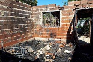 Dos casas quemadas... dos familias en la calle - Los agresores se valieron de bidones con nafta para iniciar los siniestros