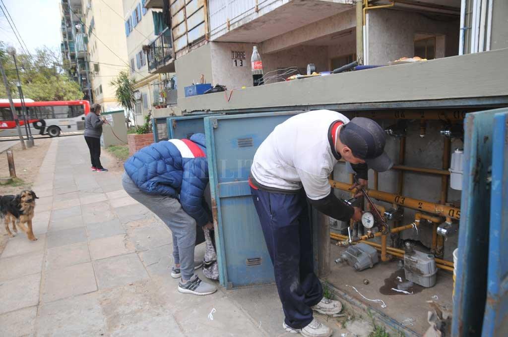 Todavía unas 1.000 personas de  barrio El Pozo continúan sin gas - Operarios en plena tarea. Luego de los arreglos, los vecinos deben esperar un tiempo considerable para la verificación de los mismos, porqué Litoral Gas no tiene suficientes supervisores.  -