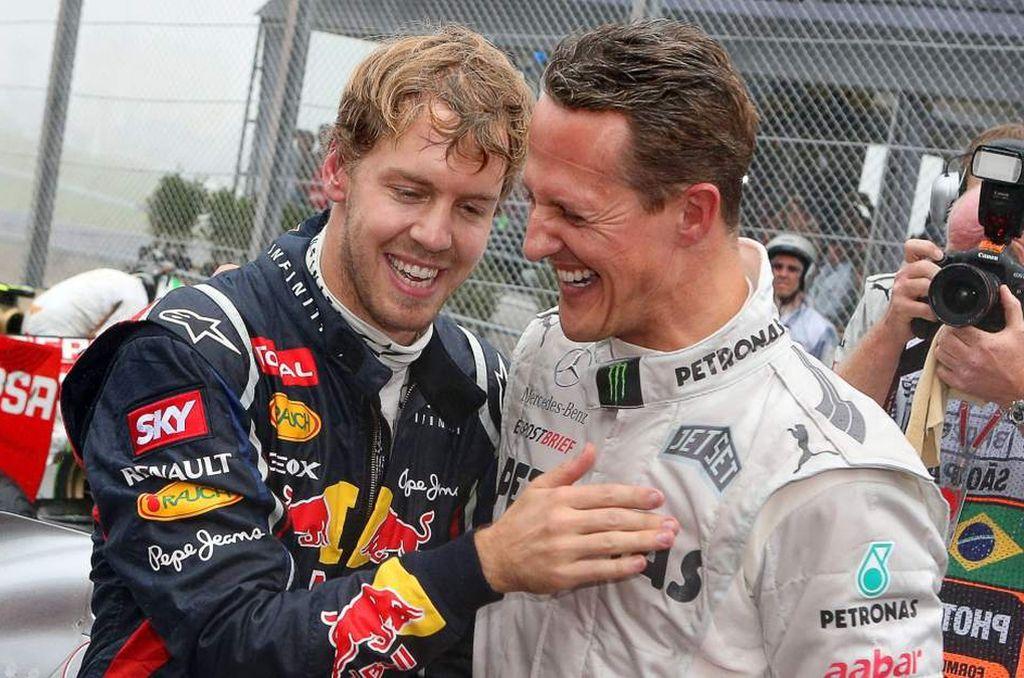 El piloto alemán de Mercedes, Michael Schumacher, felicita a Sebastian Vettel en el GP de Interlagos de Brasil de 2012. <strong>Foto:</strong> Internet-EFE