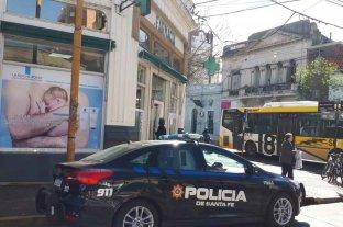 Cuantioso golpe en una farmacia - Personal policial inspeccionó el lugar y entrevistó a vecinos.