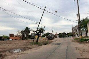 """Dos postes que """"penden de un hilo"""" en María Selva - La zona de Belgrano al 5800 -"""