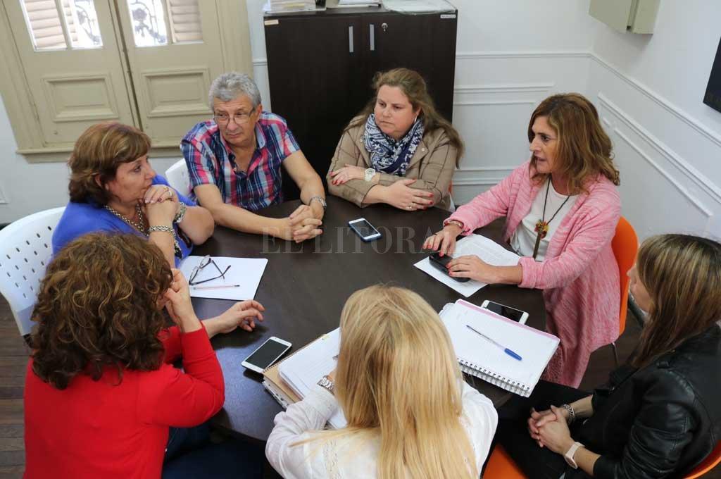 Autoridades de la Escuela Secundaria de la UNL junto a integrantes del Programa de Género de la Universidad. <strong>Foto:</strong> Prensa UNL