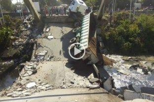 Tucumán: se desplomó un puente y un camión quedó atrapado -  -