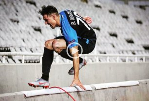 Video: Marcó un gol, quiso festejar con la hinchada y se cayó al foso