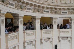 Festejos por la futura ley de Educación - Barras colmadas siguieron las posiciones sobre educación en Diputados. No hubo votos en contra del proyecto largamente discutido en comisiones. -