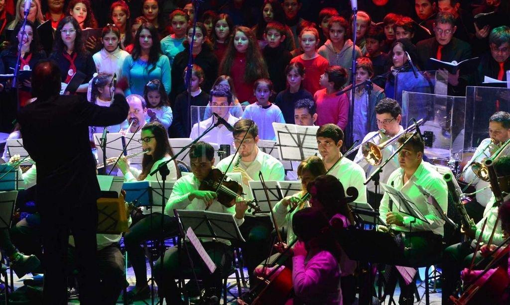 """Un cruce entre la """"Misa Criolla"""" y el barroco latinoamericano - La Orquesta de la Merced, que dirige Rodrigo Naffa, junto al coro de la institución durante la presentación de """"Un concierto de película"""" en 2017."""