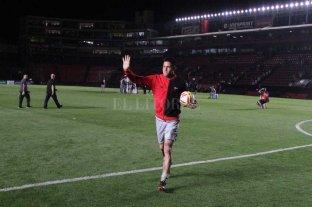 """Pasó del """"minué"""" al """"rock""""  - Se llevó la pelota. Heredia metió tres goles y se quedó con el balón de la noche; una tradición que se realiza en el mundo fútbol."""