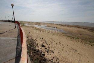 La bajante se profundiza: pronostican que el río descenderá a solo 2 metros - En la zona de los espigones, la laguna Setúbal se replegó y creció el sector de playa. -