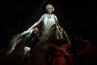 La piel original - El estudiado porte trágico de Yamila Manzur como Alfonsina Storni, en su apoteosis. -