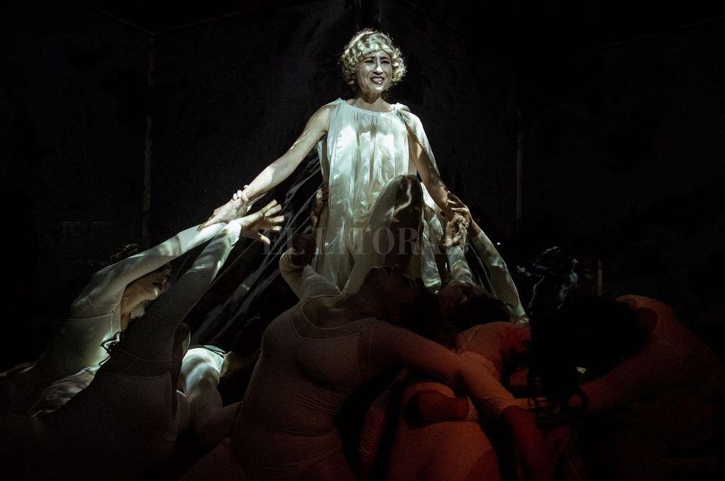 El estudiado porte trágico de Yamila Manzur como Alfonsina Storni, en su apoteosis. Gentileza Leandro Alloatti / Not Momma