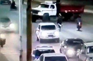 """Imprudencia en la Ruta 11: hacía """"wheelie"""" con la moto y chocó un camión"""