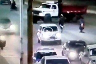 """Imprudencia en la Ruta 11: hacía """"wheelie"""" con la moto y chocó un camión -"""