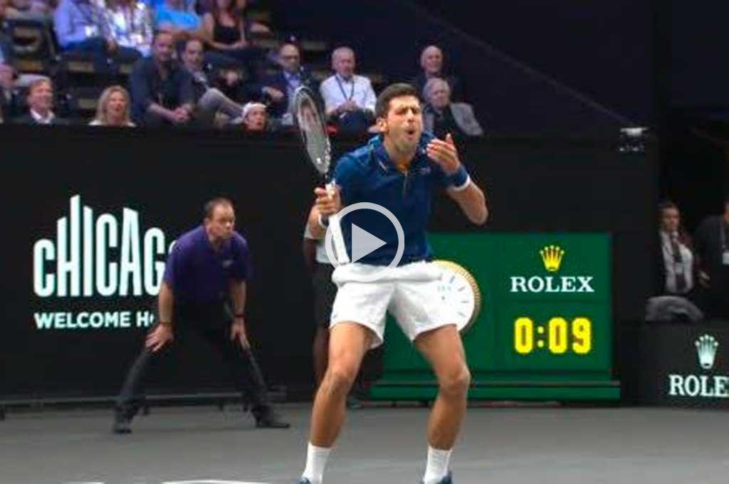Video: Djokovic le pegó un pelotazo a Federer en la espalda y todo fue risas
