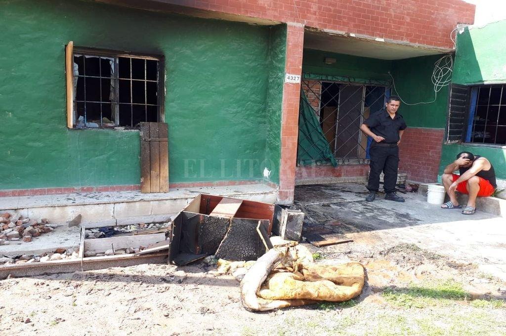 Un niño de 9 años murió tras  el incendio en una vivienda - La vivienda quedó con custodia policial hasta tanto se terminen de realizar los peritajes. -