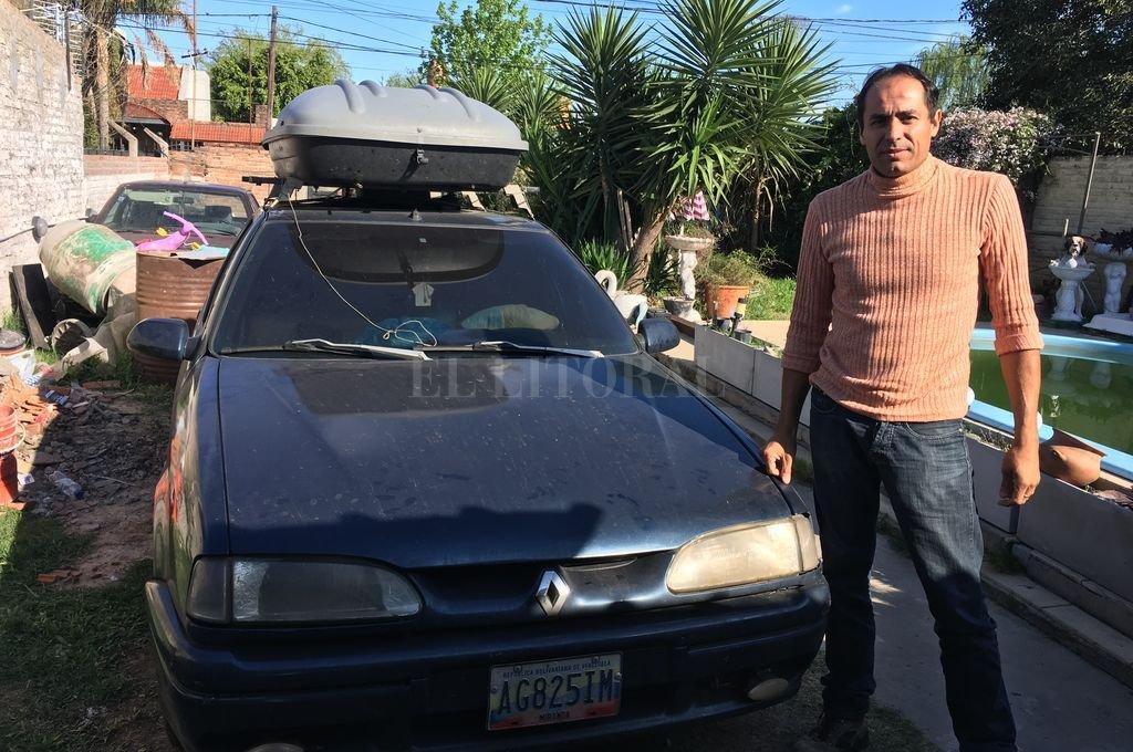 """Viajó un mes en un Renault 19, con su familia, para emigrar de Venezuela - Antes de cruzar la frontera de Venezuela, Rivas tuvo que reparar dos veces el auto que se """"bancó"""" los más de 7.000 kilómetros que hay entre Maracay y Córdoba. -"""