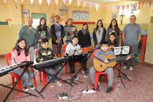 Sostener el entusiasmo - Niños, docentes y el coordinador Sergio Marchi, atravesados por la alegría. -