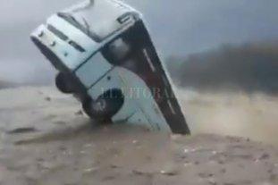 El río Beas se tragó un colectivo como consecuencia de las inundaciones en la India