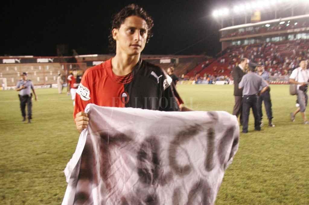 Giovanni Hernández se retira del campo de juego con un trapo alusivo, una noche en la que Colón apabulló a Banfield, ganándole por 3 a 0. <strong>Foto:</strong> Mercedes Pardo
