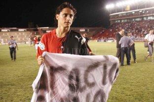 Giovanni, el nombre en común y la increíble historia de Comesaña - Giovanni Hernández se retira del campo de juego con un trapo alusivo, una noche en la que Colón apabulló a Banfield, ganándole por 3 a 0. -