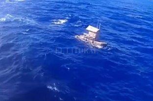 Lo rescatan tras estar 49 días a la deriva en un precario bote en el Océano Pacífico - La precaria embarcación en la que Aldi Novel Adilan sobrevivió 49 días. -