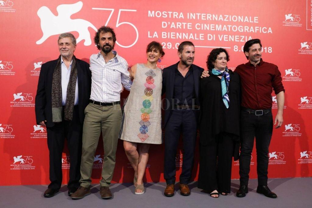 Vanessa Ragone (segunda de derecha a izquierda) junto al director, los actores y los productores de la película durante la presentación en Venecia del film que se estrenará en la Argentina el próximo 27 de septiembre. Crédito: Haddock Films