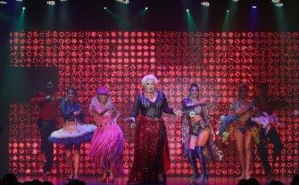 """Carmen Barbieri trae """"Magnífica"""" - Federico Bal, Valeria Archimó, Marcos """"Bicho"""" Gómez y Sol Pérez son parte de un elenco renovado con 25 artistas en escena y una puesta deslumbrante."""
