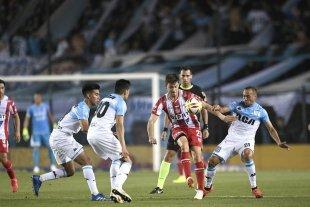 Se equivocó una vez y terminó perdiendo - Soledad. Franco Soldano rodeado de tres jugadores de Racing. El delantero de Unión no tuvo chances. -