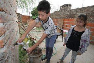 Vecinos de B° Los Troncos se quejan por el nuevo servicio de agua potable - Quejas. Los vecinos están molestos por el gusto del agua, que deja sarro en las ollas y pavas, y les ha generado inconvenientes en la salud. -