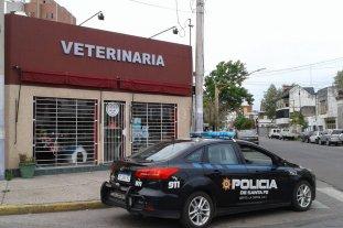 """Los ladrones """"no paran"""" - Desconocidos rompieron la reja y la vidriera del local de Marcial Candioti y Luciano Molina."""