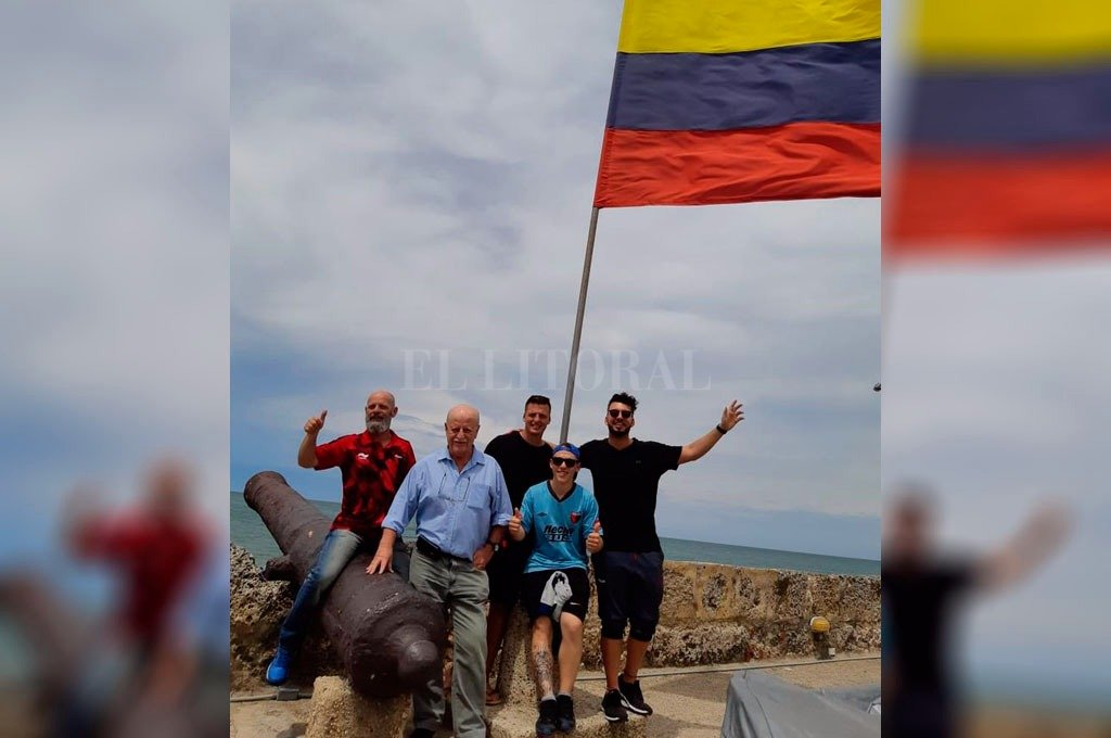 Patricio Fleming, vicepresidente sabalero, posando con los hijos de José Alonso y otros hinchas rojinegros en la bella Cartagena. El Litoral