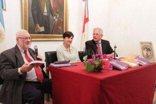 La Junta de Historia presentó su revista - Se refirieron a las nuevas publicaciones el director de la revista Lic. Carlos Ceruti, y los doctores Teresa Suárez y Guido Tourn. -