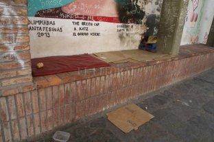 Preocupación de vecinos por  personas en situación de calle - Cartones, colchonetas y ropa, algunas de las pertenencias de los habitantes del lugar. -