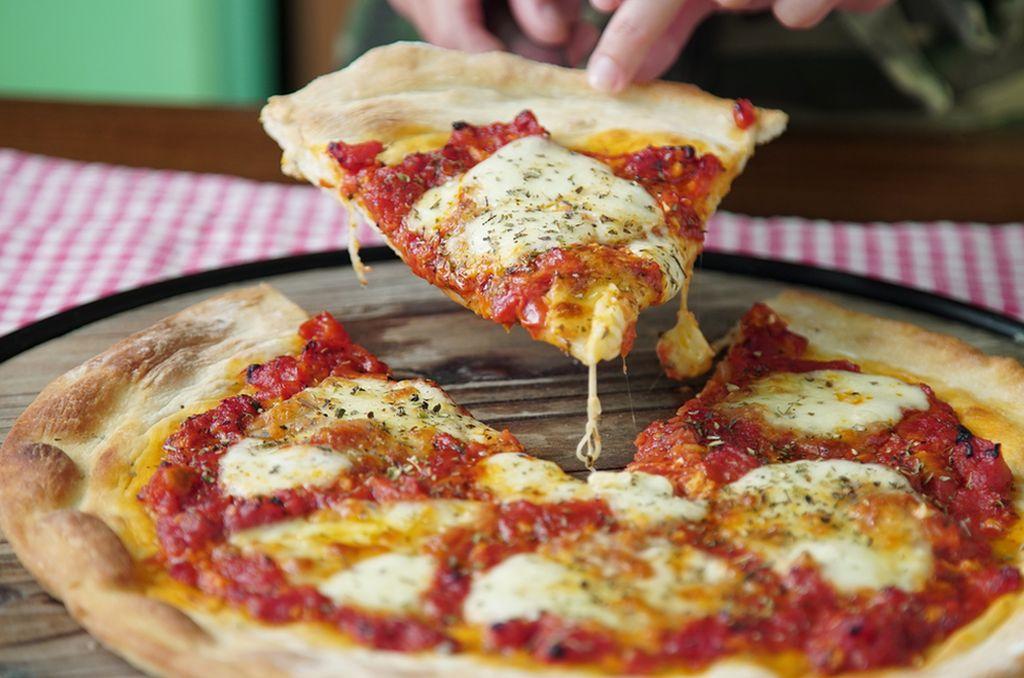 Cocinero fue procesado por escupir la pizza de un cliente